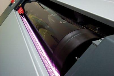 Die UV-Belichtung der Platte erfolgt komplett digital dank der UVLED- Technologie und sorgt somit für eine Reduzierung der Fehlerquote im Plattenherstellungsprozess