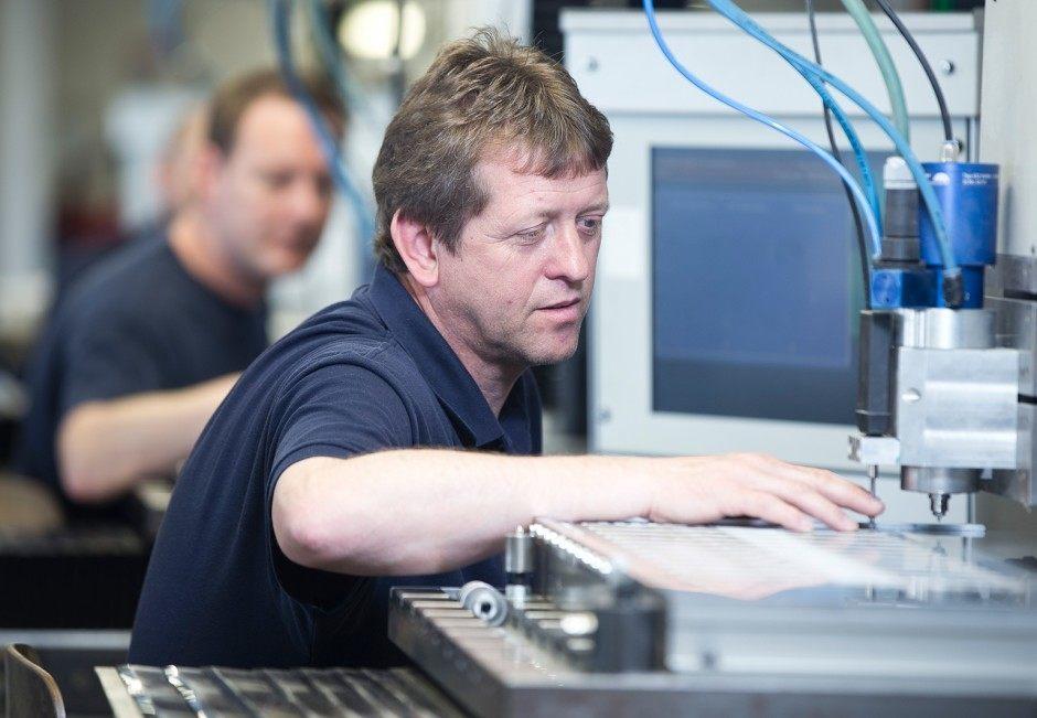 Spezielle Graviertechniken erfordern höchste Präzision in der Stanzblechproduktion