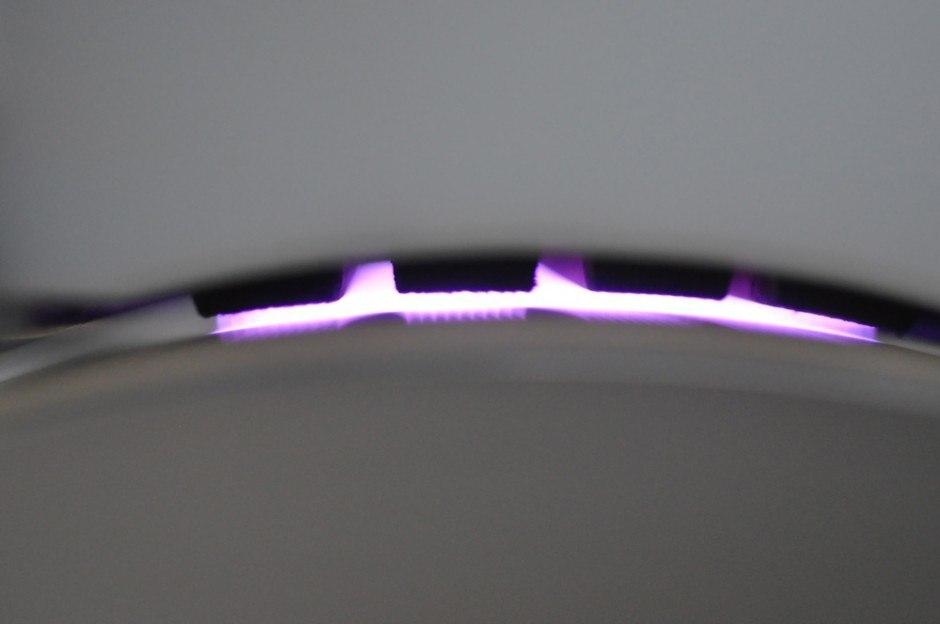 Seitlicher Blick in den Entladungsspalt einer Koronastation. Die Bildung des Plasmas erfolgt zwischen den vier Elektroden am oberen Bildrand und der geerdeten Walze am unteren Bildrand