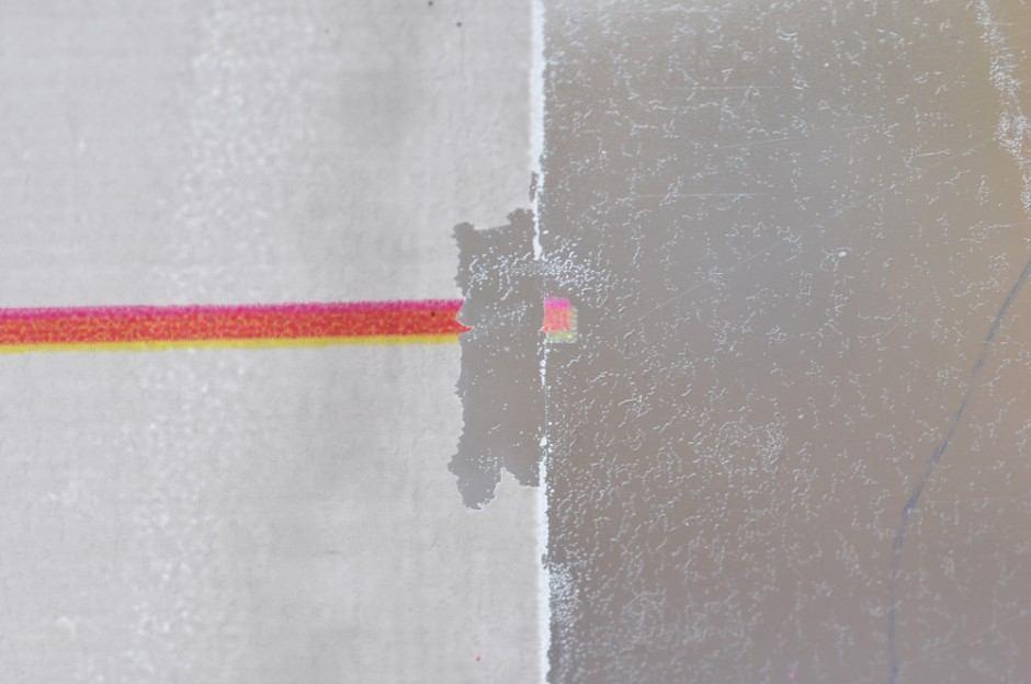 Mangelnde Farbhaftung nach dem Druck. Zwar benetzt die weiße Farbe die Folie vollflächig, jedoch lässt sich die Farbe im Anschluss an den Druck leicht herunterlösen