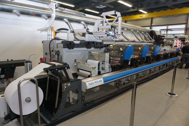 Demonstration der Gallus RCS 430 in Kombination mit einem UV-Booster, für die schnelle Härtung bei hohen Geschwindigkeiten und Gallus Screeny Metallic Doming in der Anwendung