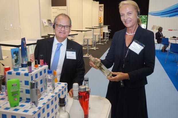 Karin und Ferdinand Rüesch zeigen mit auf Gallus-Maschinen hergestellten Etiketten versehene Produkte