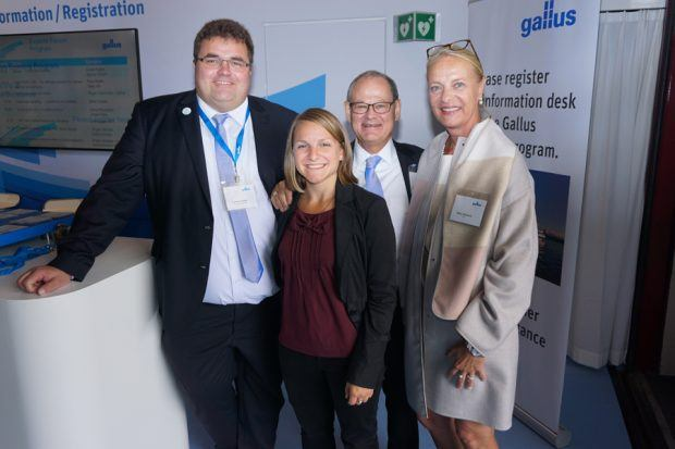 Zufriedene Gesichter: Christof Naier (VP Sales & Services Gallus), Rosina Obermayer (Editor G&K TechMedia) mit Ferdinand und Karin Rüesch