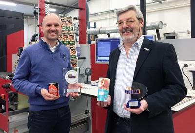 Der Gründer von Label'Or, Jean-Marie Peters, mit seinem Sohn Pascal vor den Digitaldruckmaschinen des Unternehmens