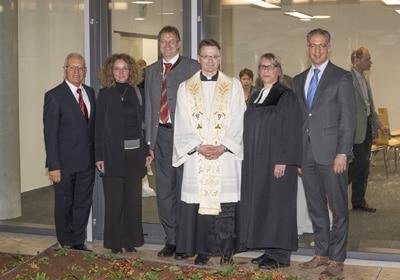 (Von links nach rechts): Helmut Schreiner, 2. Bürgermeisterin Angelika Kühlewein, Bürgermeister Christian Kuchlbauer, Pfarrer Ulrich Kampe, Pastorin Martina Buck und Geschäftsführer Roland Schreiner.