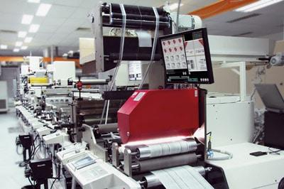 Das Inline-Inspektionssystem EyeC ProofRunner Label inspiziert sämtliche Etiketten über die gesamte Auflage