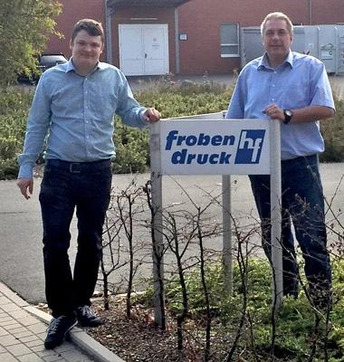 Timo Wolfsdorf (l.), Geschäftsführer Froben Druck und Sven Skorniakow, Technischer Vertrieb, Dortschy, vor der Druckerei in Ottersberg (Quelle: Dortschy)