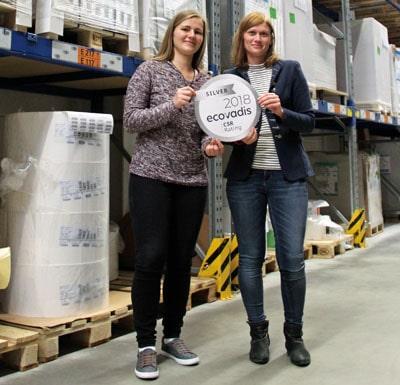 Sabrina Kamsties (li.), Projektingenieurin Qualitätswesen, und Desirée Groß, Technisches Projektmanagement, befinden sich hier in einem der Materiallager von Faubel