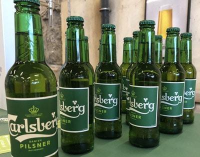 Carlsberg-Bierflaschen mit nachhaltigen Etiketten