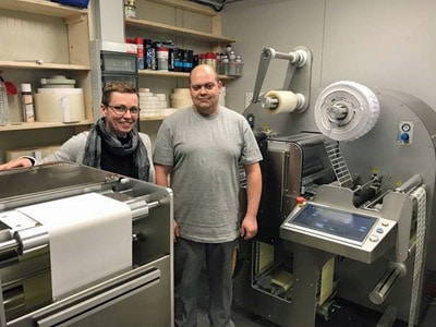 Ines Plamann, Geschäftsführerin Label World (l.), mit Ihrem Mitarbeiter Michael Lengert an der Trojan T2 und der Refine Compact 1