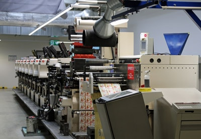 Blick in einen Produktionsbereich, in dem mehrere ABG Omega SRIs für die Digitaldruck-Verarbeitung zur Verfügung stehen