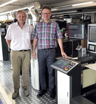 Martin Vogel, Geschäftsführer von Printcon (links) und Jörg Hoss, Geschäftsführer von Wilkri-Etiketten neben der neuen Wanji WJPS 450