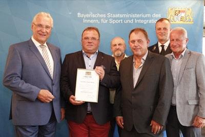 """Die Auszeichnung zum """"Ehrenamtsfreundlichen Betrieb"""" erhielt die Dieter Kempa Etiketten GmbH vom bayerischen Innenminister"""