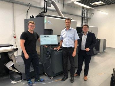 Vor der neuen HP Indigo 6900 v.l.: Maximilian Mägerlein, Dietrich Mägerlein und Thorsten Glaab, HP