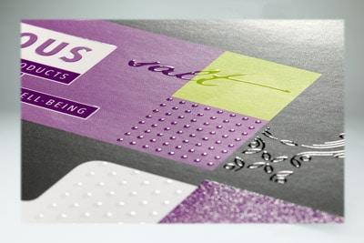 Druckmuster der Digitale Embellishment Unit (DEU) der Steinemann DPE mit großflächigen Spotlackierungen, Spotlackierung mit Darstellung feiner Elemente und Simulation eines Drip-off-Effekts im Spotlack