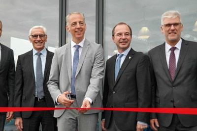 """Ein """"Schnitt in die Zukunft"""": Geschäftsführer Roland Schreiner eröffnet symbolisch das neue Werk"""