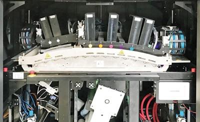 Blick in den Druckturm mit der Domino Inkjet-Druckeinheit