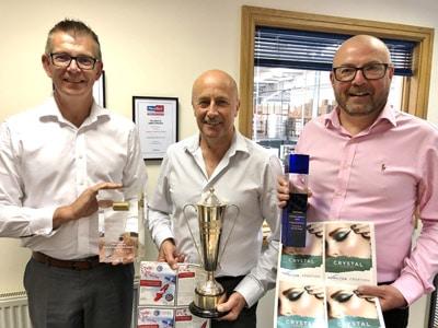 Paul Chant, Leiter der britischen Niederlassung von Asahi Photoproducts, Paul Larkin, Betriebsleiter von Hamilton Adhesive Labels Ltd., und Karl Davison, Vertriebsvertreter von Asahi Photoproducts für Großbritannien und Irland, mit drei preisgekrönten Druckprodukten und den Pokalen