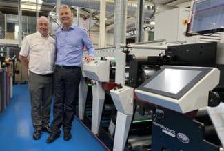 Mark Andy's UK & Ireland Sales Manager Paul MacDonald (l.) mit Managing Director Paul Roscoe, Berkshire Labels und der ersten P9E, der in Europa installiert wurde