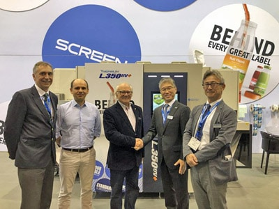 Von links nach rechts: Fernando Tordo, Sales Manager, Screen Iberia, Miguel Rainho und Luis Rainho, Akihiro Fujii, President, Screen Europe und Yukiyoshi Tanaka, Senior Vice President, Packaging and Labels, Screen