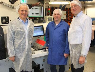Die Barthel Gruppe setzt heute in mehreren Konfektioniermaschinen TubeScan-Systeme für die Endkontrolle ein. Das Bild zeigt Friedhelm Schmitz (Mitte), Leiter der Qualitätssicherung der Unternehmensgruppe, mit Nyquist Systems-Geschäftsführer Dr. Stephan Krebs (rechts) und Kai Prahl von BST eltromat