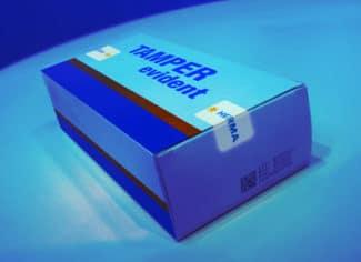 UV-Licht bringt es an den Tag: Der Haftkleber 62L von Herma enthält Luminophoren; so kann eine spätere Lackierung entfallen und die Kontrollprozesse werden sicherer