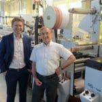 Timo Donati, Mark Andy (l.) mit Klaus-Dieter Rust von MRE und der neuen, mit LED-UV ausgestatteten P5