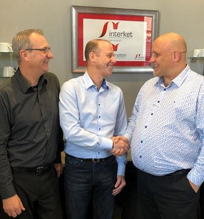 V.l.: Vince Hughes, Interket, Nick Tyrer, MPS und Tim Pattison, Interket, freuen sich über die neue Investition