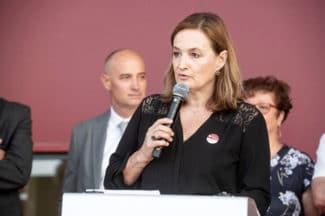 Chryse Passebois, Adesa-Geschäftsführerin bei der Ansprache der Gäste anlässlich des Eröffnung der neuen Produktionsstätte