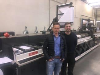 Von links nach rechts: Manfred Pichler, Technischer Leiter und Drucker Eduardo Grander, (beide Müroll GmbH) mit der neuen Nilpeter FA-22