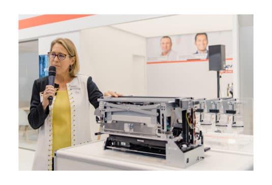 Kim Beswick, General Manager Memjet, präsentiert die DuraFlex Drucktechnologie auf der Labelexpo 2019