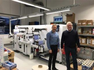 Zufrieden mit dem ersten Testlauf der Rhyguan Top-330Plus-2 Maschine: Eugen Kölling (r.), Geschäftsführer HP-Etikett GmbH & Co. KG (links) und Peer Boysen, Geschäftsführer B&T Tec GmbH