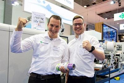 Tom Couckuyt and Ben Gregory, beiede Domino, präsentieren auf der Labelexpo die Abwicklung diverser Aufträge innerhalb kürzester Zeit