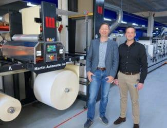 Richard Rensen, CEO Zolemba und Marthijn Kieneker, technischer Leiter Zolemba, gehen davon aus, dass die Martin Automatic MBS im Vergleich zum manuellen Rollenwechsel 20% der Maschinenstillstandszeit eingespart hat