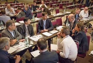 Verarbeiter und Zulieferer diskutieren während einer der parallelen Sitzungen des FINAT Technical Seminar 2018 über Konstruktionsmethoden in der Produktion