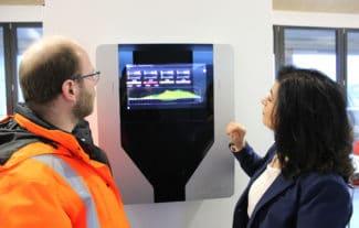 Mittels Energiemonitoring kontrollieren Gülen Ak (rechts) und Ralf Wendling, Leiter Produktion Schmierstoffe, die Klimaneutralität (Quelle: Zeller+Gmelin)
