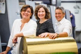 Die Inhaberinnen Claudia Compagni (l.) und Nicoletta Compagni (r.) sowie die Produktionsleiterin Carolin Kügler (m.) freuen sich über das besondere Jubiläum (Quelle: Seb. Wolf)