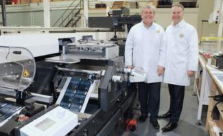 Barry Pettit (l.) und Tom Allum, Abbey Labels, mit ihrer weltweit ersten individuellen Lösung (Quelle: MPS)