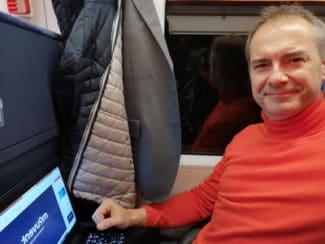 Der Zug wird zum rollenden Büro und während der Fahrt lässt sich so einiges Abarbeiten und der Stress reduzieren (Martin Voigt)
