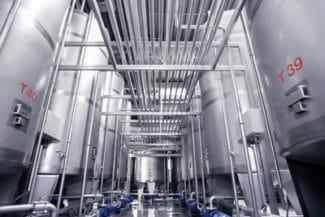 Hochautomatisierte Lackfertigung in Lehrte. Mit über 100 Edelstahllagertanks und kilometerlangen Rohrleitungen können mittels Prozessleitsystem über 80.000 Tonnen Lacke p.a. produziert werden (Quelle: Actega)