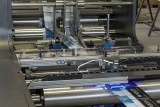 Die eRST-Schlauchklebemaschine verarbeitet bedruckte Folien zu Schlauchbeuteln (Quelle: AB Graphic)
