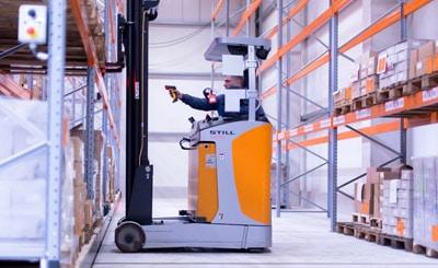Die neue barcode-gestützte Obility-Lager- und Materialflusssteuerung mit mobilen Kommunikationsterminals für Druckdienstleister zeichnet sich durch hohen Bedienkomfort für Mitarbeiter im Lager und in der Kommissionierung aus (Quelle: Obility)