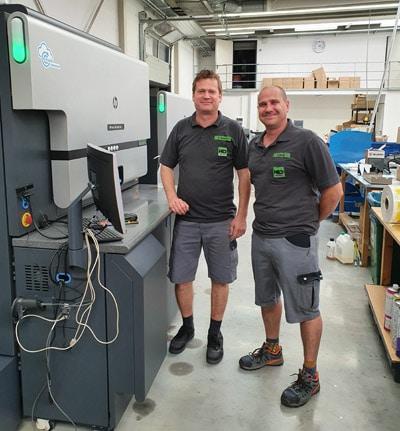 Michael Hermann, Geschäftsführer (l.) und Produktionsleiter Tobias Hecht an der neuen HP Indigo 6900 (Quelle: HP)