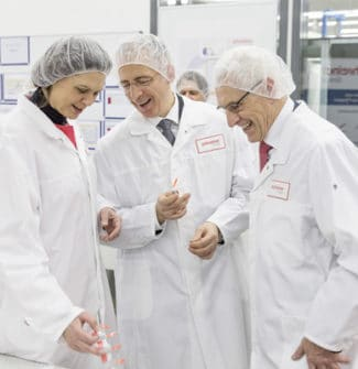 Roland Schreiner (Mitte) präsentiert sein Unternehmen gerne der Öffentlichkeit – hier führte er beispielsweise die damalige bayerische Wirtschaftsministerin Ilse Aigner durch die Hightech-Produktion (Quelle: Schreiner Group)