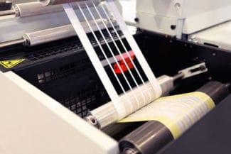 Wie man den Gitterabzug (Matrix) aus der Produktion von Folienetiketten clever wiederverwenden kann, zeigen Polifilm und Herma in einem gemeinsamen Projekt. (Quelle: shutterstock/boitano)