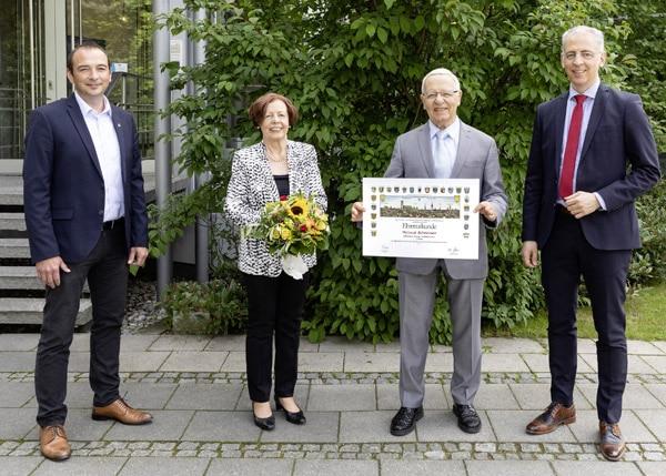 Bei der Ehrung: (v.li.) Bürgermeister Markus Böck, Ehefrau Ulrike Schreiner, Helmut Schreiner und Sohn und Nachfolger Roland Schreiner (Quelle: Schreiner Group)