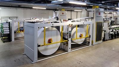 Die MBX-Rollenwechsler von Martin Automatic wickeln Karton-Rollen für die MPS EF-520 Druckmaschinen nonstop ab (Quelle: Martin Automatic)