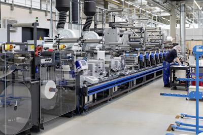 Die Druckmaschine ist das Herzstück der Fertigungslinie Pharma-Tac 1 in Dorfen. Insgesamt wurden sechs neue Anlagen beschafft.