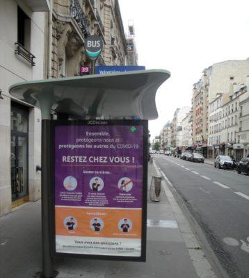 Ein typisches Bild in Paris zur Corona-Zeit – leere Straßen und über Hinweise auf Covid19. Aber so langsam kehrt das Leben zurück. (Quelle: John Penhallow)