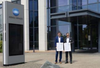 V. l.: Joerg Hartmann, President Konica Minolta Deutschland & Österreich, Dr. Rolf Krökel, Geschäftsführer DEKRA Certification GmbH (Quelle: Konica Minolta)